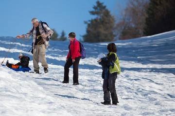 Une famille à la neige