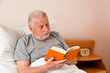 Senior im Altenheim beim Buch lesen
