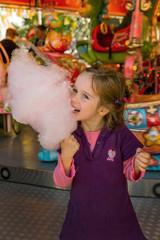 Kind auf Kirtag mit Zuckerwatte