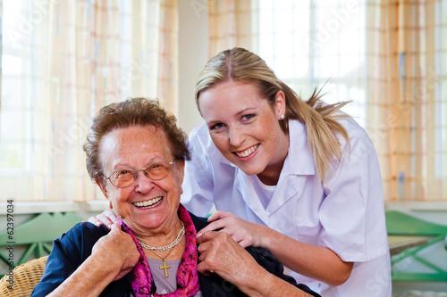 Leinwanddruck Bild Hauskrankenpflege der alten Dame