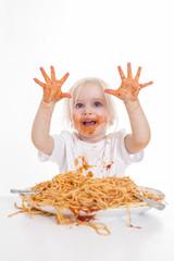 kleines Mädchen isst Spaghetti mit Sauce