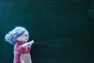Schultafel Lehrerin links ohne Schrift