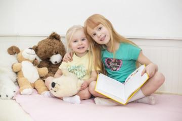zwei Mädchen lesen zusammen