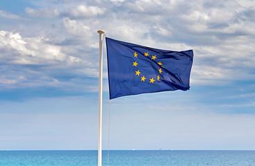 drapeau européen face à la mer