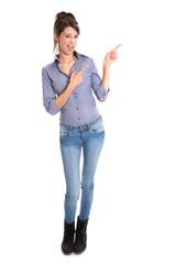 Freche junge Frau zeigt mit dem Zeigefinger auf ein Produkt