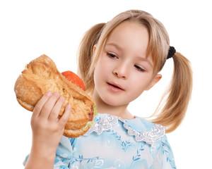 blondes Kind hält belegtes Brötchen