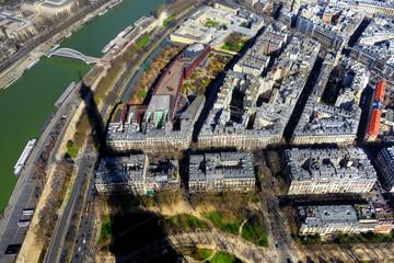 Vue aérienne de Paris avec l'ombre de la Tour Eiffel