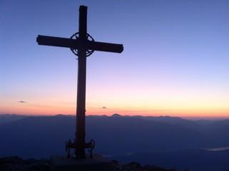 Gipfelkreuz bei Sonnenaufgang