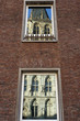 Historisches Rathaus spiegelt sich in Fenstern