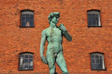 grüne männliche statue