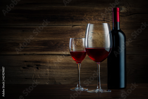 Fotobehang Wijn glass and bottle of wine on a wooden background