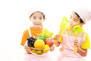 果物を持つ笑顔の女の子