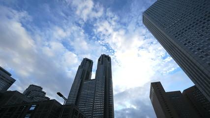 青空の新宿高層ビル街を見上げる(超広角インターバル撮影)