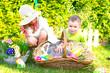 Kinder suchen im Garten Ostereier