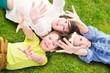 glückliche Kinder liegen auf der Wiese