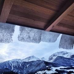 Dach mit Schnee und Eis