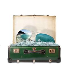 valigia vacanze mare con occhiali da sole