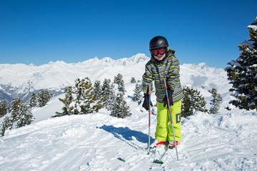 Jeune skieur au sommet des pistes