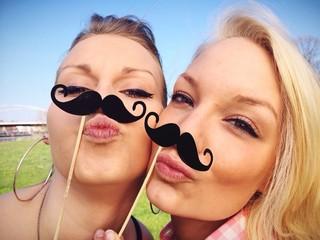 Coole Mädchen machen Selfie