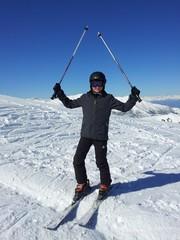giovane sciatore esultante
