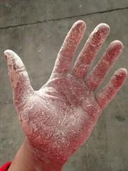 Mano manchada de polvo blanco