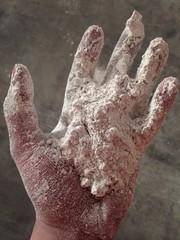 Mano con polvo blanco