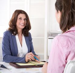 Zwei Frauen bei Besprechung im Büro