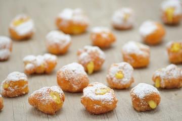 Frittelle di carnevale con ripieno di crema pasticcera