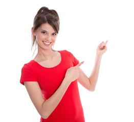 Junge Frau in Shirt rot isoliert präsentiert  mit Zeigefinger