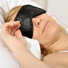 Twen schläft mit Schlafbrille