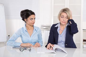 Steigende Kosten im Unternehmen - zwei Frauen im Büro
