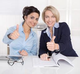 Erfolgreiche Zusammenarbeit unter Frauen im Büro