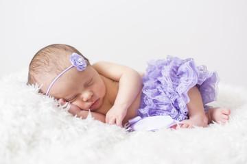 Newborn Baby schlafend seitlich liegend