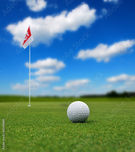 Fotobehang Golf Golf ball in front of flag