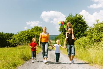 Familie geht spazieren im Sommer