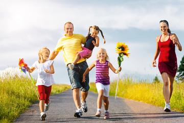 Familie läuft einen Hügel herunter