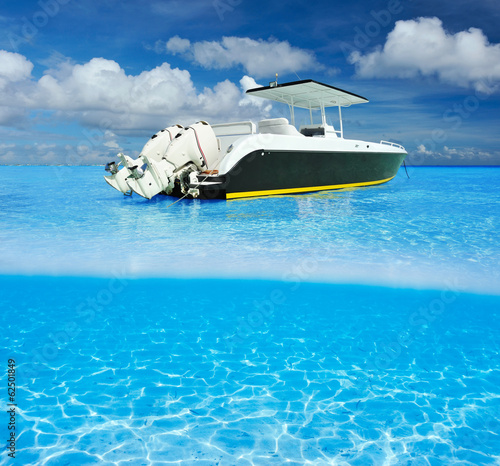 Papiers peints Recifs coralliens Beach and motor boat with white sand bottom underwater view