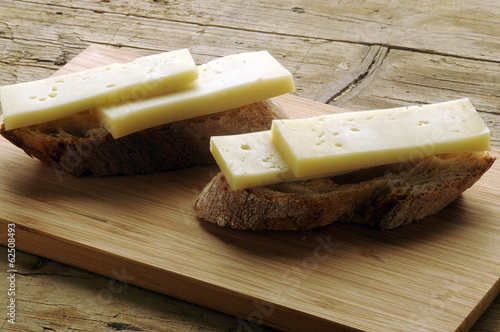 Slice of bread with cheese Rebanada de pan con queso