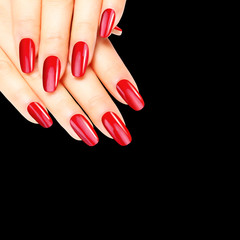Rot lackierte Fingernägel