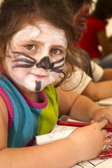 Niña con la cara pintada de gato