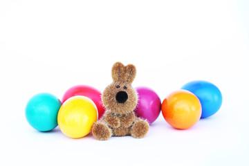 süsser Hase mit bunten Eiern