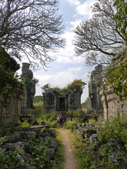 Path through ruines, Phnom Bok Temple, Angkor Wat, Cambodiaa