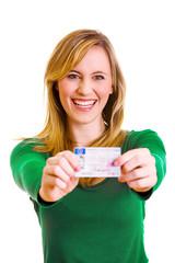 Frau zeigt stolz ihren Führerschein