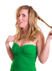 Frau spielt mit ihren Haaren