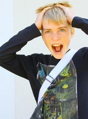 jeune adolescent blond, criant