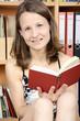 Frau liest in Buch