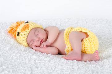 Baby im Kükenkostüm