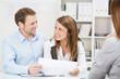 zufriedenes ehepaar lässt sich beraten