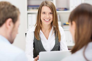 freundlicher beraterin im gespräch mit kunden