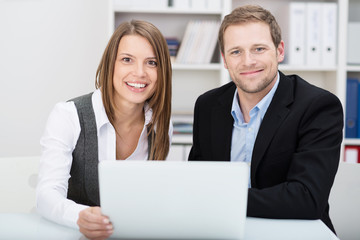 zwei kompetente geschäftsleute am laptop